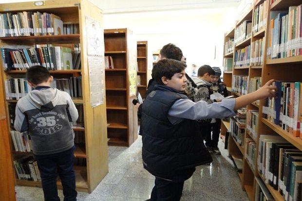طرح « همگام با کتابخانه همراه با مدرسه » در مهریز آغاز شد