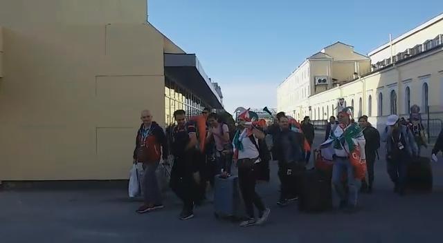 ورود هواداران ایران و مراکش به ایستگاه قطار سنت پترزبورگ و سکوت مراکشی ها در قبال فریاد' ایران ایران'+فیلم