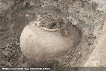 ناتوانی حفاران غیر مجاز از حمل خمره های مکشوفه در روستای ورسان