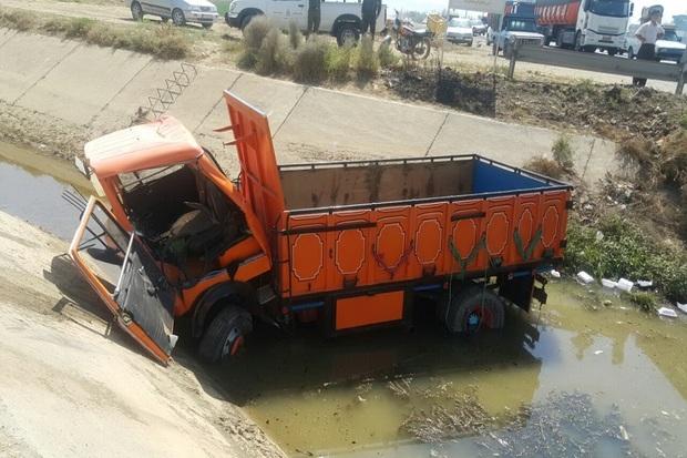 سقوط کامیون به کانال آب در میاندوآب یک کشته بر جا گذاشت