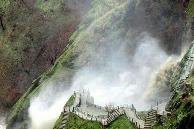گردشگر ملایری از غرق شدن در آبشار شلماش نجات یافت
