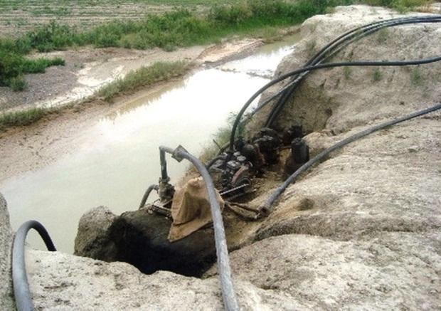 جمع آوری پمپ های آب غیرمجاز در کازرون حاشیه ساز شد