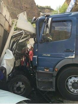 برخورد شاخ به شاخ و مرگبار ۲ کامیون، ۳ کشته و مجروح برجای گذاشت