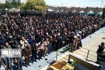 عزاداران بجنورد نماز ظهر عاشورا را به یاد واپسین نماز شهیدان کربلا اقامه کردند