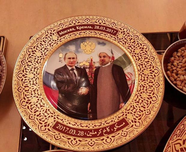 هدیۀ بشقاب پوتین در کاخ کرملین به حسن روحانی رئیس جمهور ایران