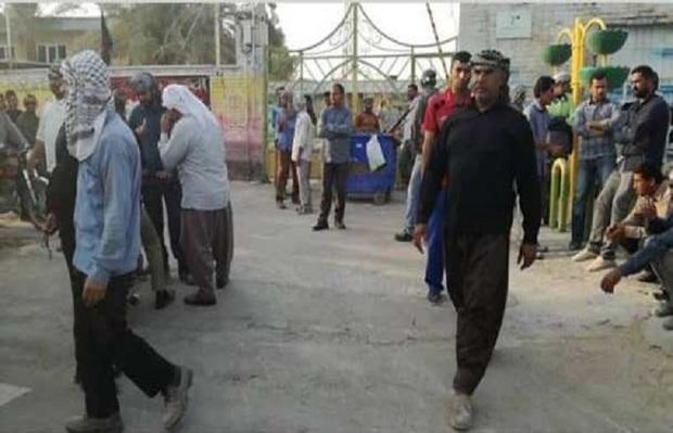 کارگران معترض ورودی شهرداری شادگان را مسدود کردند