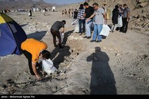 زبالههای حاشیه سواحل دریاچه ارومیه در روز جهانی زمین پاک جمعآوری میشود
