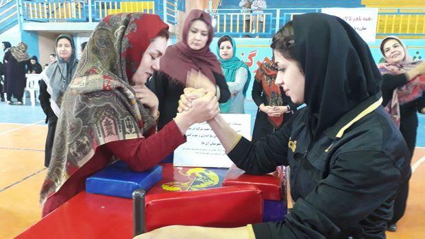 مسابقات چوب کشی و مچ اندازی بانوان گلستان برگزار شد