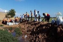 انتقال مردم گرفتار در سیل روستای عمیره به شهرستان کارون