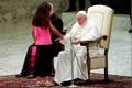 دختری که وسط سخنرانی پاپ پرید+تصاویر