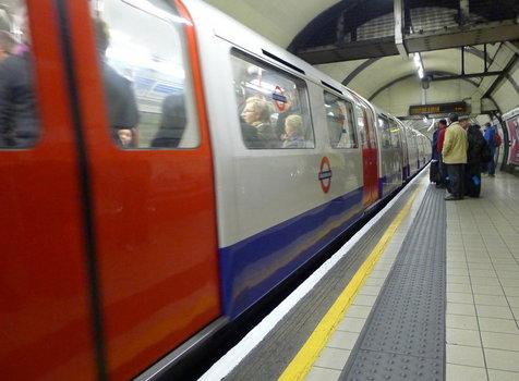 سقوط تلفنهمراه روی ریل، علت تاخیر در حرکت مترو