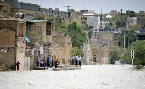 گزارشی از وضعیت شهرهای سیلزده/ مردم روی پشتبامها زندگی میکنند