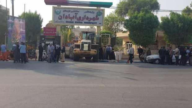 کارگران طلبکار ورودی شهرداری آبادان را با لودر بستند