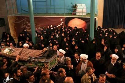 پیکر مرحوم بروجردی در حسینیه جماران تشییع شد
