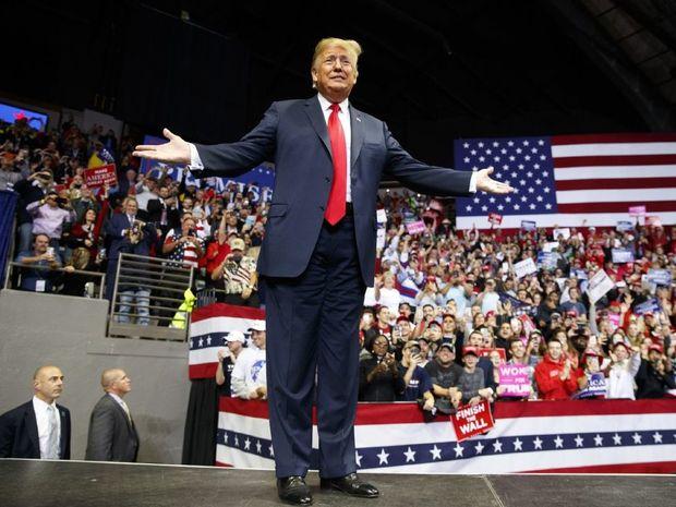 عکس/ معترضان آخرین برنامه تبلیغاتی ترامپ را به هم زدند