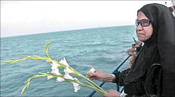 شهادتگاه مسافران ایرباس در آبهای خلیج فارس گلباران شد