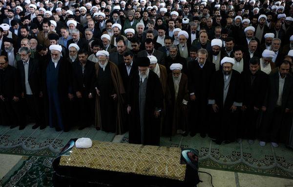 رهبر انقلاب بر پیکر آیت الله خوشوقت نماز اقامه کردند