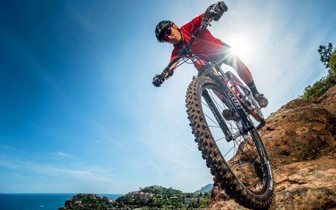 دوچرخه سواری روی دامنه تیز کوه+ فیلم
