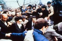 حضرت امام خمینی در گفت و گو با خبرنگار اتریشی: نه به کسی ظلم می کنیم و نه زیر بار ظلم می رویم