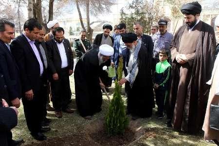 کاشت یک اصله نهال از سوی امام جمعه شهرکرد