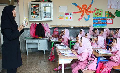 تبلیغات آبمیوه در مدارس با خوانندگی دختران جوان