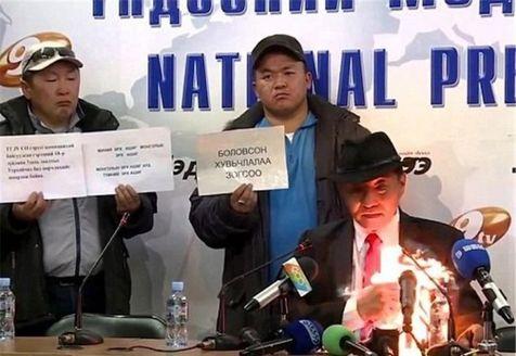 مرد مغولستانی خود را مقابل دوربینها آتش زد