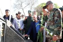 عطر افشانی و گلباران مزار شهدای قزوین با حضور جمعی از نیروهای مسلح