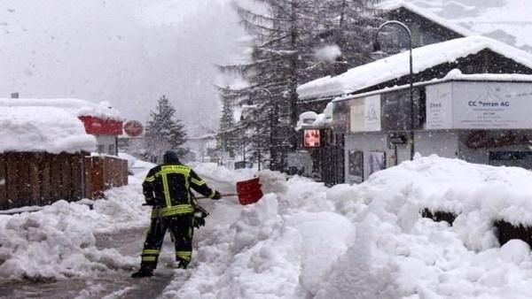 یک روستای نکا همچنان گرفتار در برف است