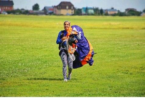 نخستین بانوی پرنده ایران: خیلی ها می گویند چون بچه پولدار است، توانسته پرواز کند!