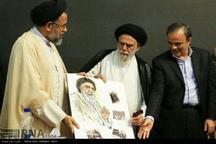 اهدای پرتره طراحی شده امام جمعه کرمان توسط وزیر اطلاعات