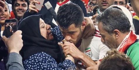 توضیح پورعلی گنجی درباره بوسیدن دست مادرش