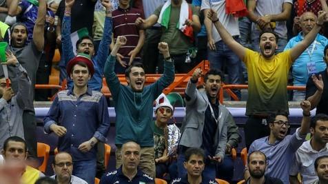 """تصویر جالبی از شادی """"سید احمد خمینی"""" پس از پیروزی تیم ملی والیبال"""