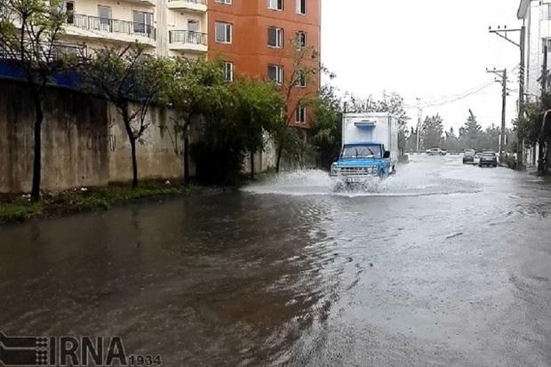 باران باعث آبگرفتگی معابر و کندی تردد در آستارا شد