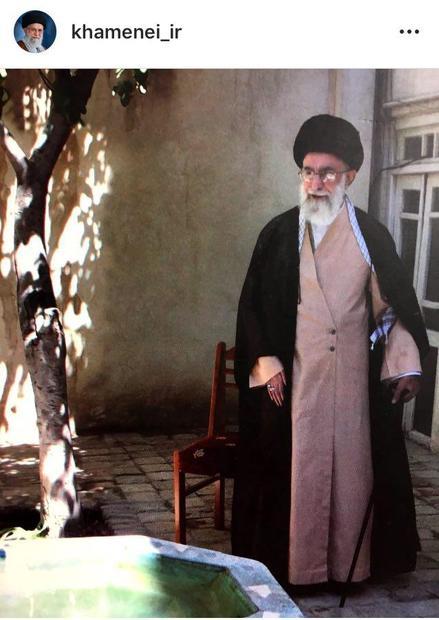تصویری از رهبر معظم انقلاب در حیاط منزل پدری