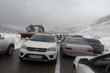 بارش برف در جاده اندیکا - شهرکرد باعث اختلال در تردد شد
