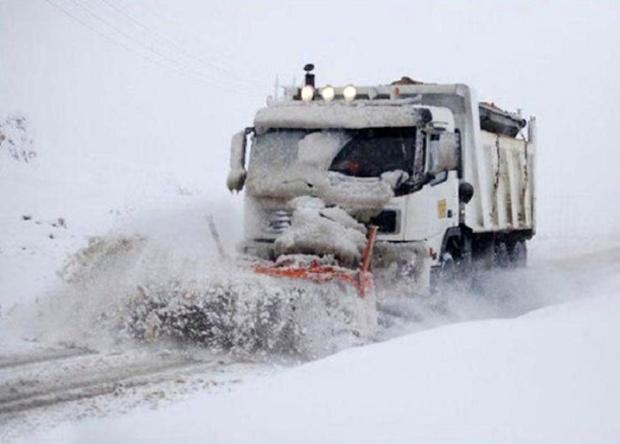 برف راه ارتباطی 60 روستای شیروان را قطع کرد