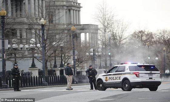 تعطیلی کاخ سفید در پی برخورد یک خودرو با موانع امنیتی محل اقامت ترامپ+ تصاویر