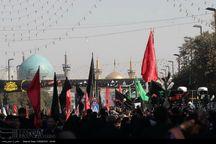 علم سرخ عاشوراییان در مشهد به اهتزاز درآمد
