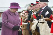 عکس/ دیدار ملکه انگلیس با بُز سلطنتی