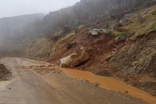 رانش زمین مسیر یک روستا در فریدونشهر را مسدود کرد