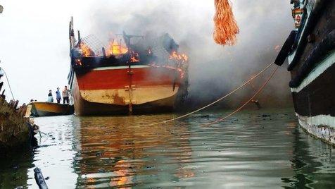 کشته شدن 2 نفر در اثر آتش سوزی در لنج ماهیگیری + عکس