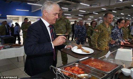عکس/ صبحانه نخست وزیر با نظامیان