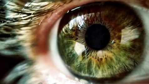 ضرر نور آبی رنگ موبایل روی چشم