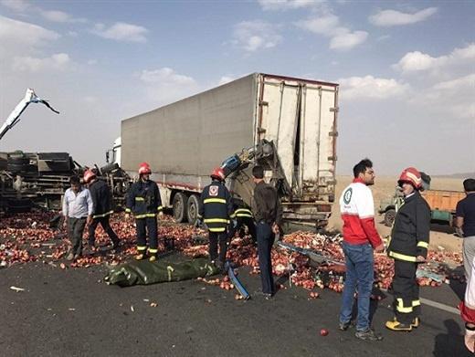 برخورد ۳ کامیون و مرگ یک راننده در آزاد راه ساوه - تهران