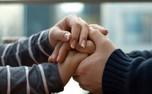 آیا گرفتن دست همسر درد را کمتر می کند؟