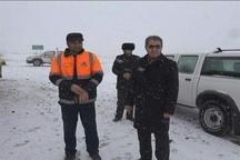 امدادرسانی ماموران هلال احمر به 50 سرنشین خودروهای گرفتار در برف و کولاک گردنه صایین