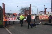 تجمع مقابل کارخانه اسلحه سازی انگلیس+ تصاویر