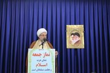 دفتر امام جمعه به شهروندان بیله سوار کتاب هدیه می دهد