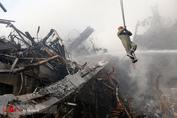 تلاش آتش نشانان و نیروهای امدادی در پی حادثه پلاسکو