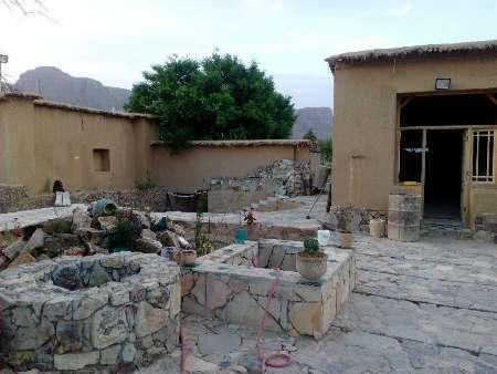 زن و شوهراستهبانی با سرمایه شخصی، اقامتگاه بومی گردی ساختند